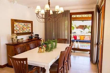 29. Buffet de madeira para decoração de sala de jantar