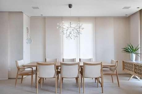 22. Decoração clean e moderna com buffet para sala de jantar