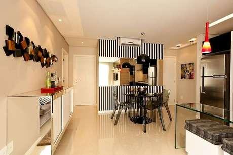 38. Modelo de buffet para sala de jantar com papel de parede listrado