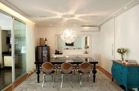 32. Decoração para sala de jantar com mesa de jantar preta e buffet branco