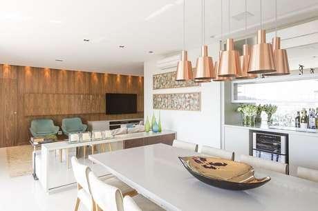 33. Sala de jantar moderna decorada com buffet branco espelhado