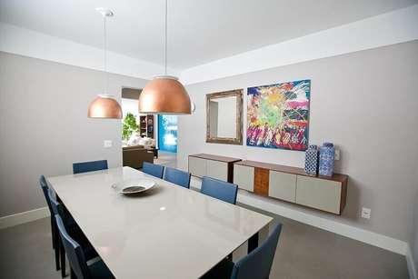 36. Decoração simples para sala de jantar com buffet e quadros