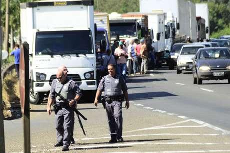 Protesto de caminhoneiros na Rodovia Geraldo de Barros (SP 304), altura da entrada do bairro Santa Terezinha, em Piracicaba (SP), nesta terça-feira (22).