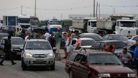 Os caminhoneiros também pedem um preço mínimo para os fretes. Na foto, congestionamento em rodovia do RJ nesta quarta