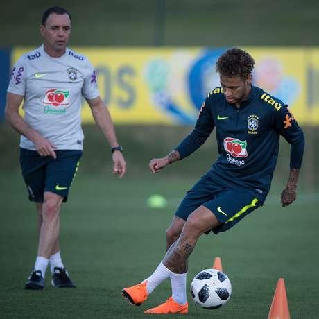 Neymar durante treino da seleção na Granja Comary