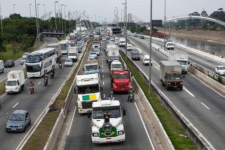 Protesto de caminhoneiros contra alta no valor dos combustíveis causa lentidão no trânsito na Marginal Tietê, em São Paulo (SP), nesta sexta-feira (25)