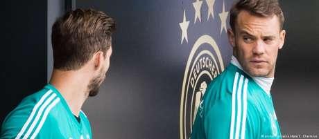 Manuel Neuer conversa com Kevin Trapp, do Paris Saint-Germain: se um for à Copa, o outro fica em casa, provavelmente