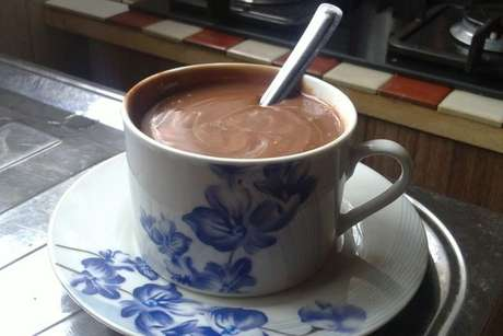 Xícara de chocolate quente cremoso