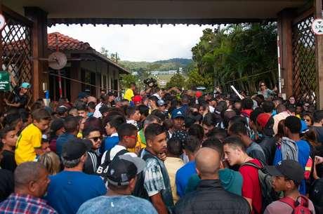 Torcedores em entrada do treino da Seleção Brasileira de futebol, na Granja Comary, em Teresópolis (RJ), onde a equipe se prepara para a Copa do Mundo 2018, na Rússia.