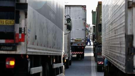 Caminhões parados nesta sexta-feira na Via Dutra, no Rio de Janeiro