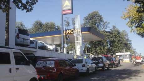 Sem gasolina no Brasil, motoristas gaúchos cruzaram a fronteira para abastecer no Uruguai nesta sexta