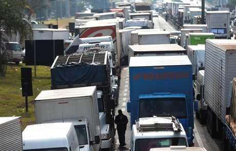 Caminhoneiros bloqueiam a Regis Bittencourt durante protesto
