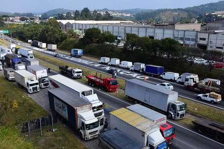 Protesto de caminhoneiros na Rodovia Régis Bittencourt, nos dois sentidos, na altura de Embu das Artes (SP), neste sábado (26), contra a alta dos preços dos combustíveis. A pista está sem interrupção na via nos sentido Curitiba e no sentido São Paulo.