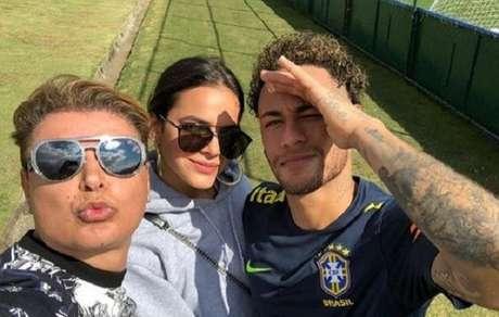Bruna Marquezine visita Neymar em treino da selecao