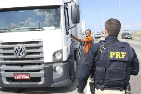 A Polícia Rodoviária Federal (PRF) determinou aos caminhoneiros que estão parados no acostamento da BR-040, em frente à Refinaria Duque de Caxias (Reduc), que retirem os caminhões.