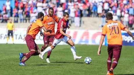 Jogo foi de poucas emoções na Vila Capanema (Foto: Geraldo Bubniak/AGB/Lancepress!)