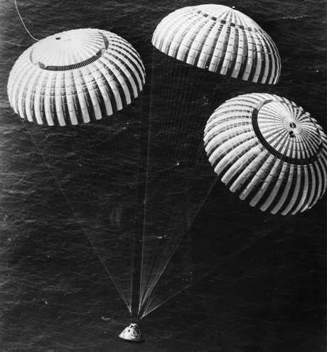 Charles Duke pousou no Oceano Pacífico com mais dois colegas ao retornar da missão Apollo 16, em 1972