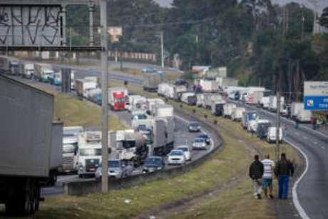 Caminhoneiros bloqueiam trecho da Rodovia Régis Bittencourt perto de Embu das Artes, em São Paulo