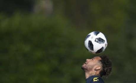 Neymar participou normalmente do primeiro treino da seleção no CT do Tottenham