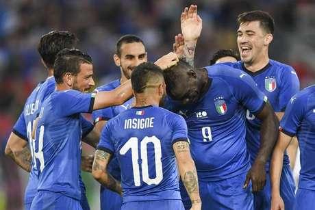 Com gol de Balotelli, Itália bate Arábia Saudita por 2 a 1