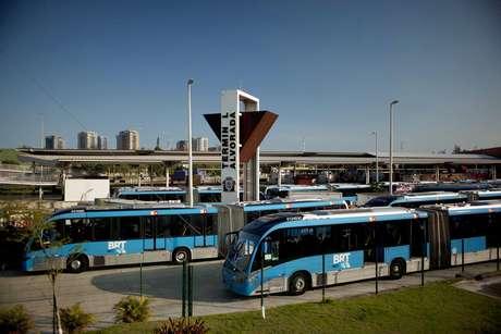 ônibus que servem o BRT do Rio de Janeiro parados no terminal Alvorada