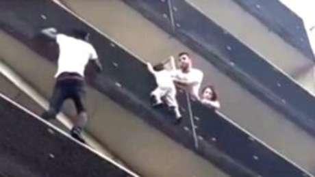 Resultado de imagem para Imigrante que escalou prédio para salvar criança em França já é Bombeiro