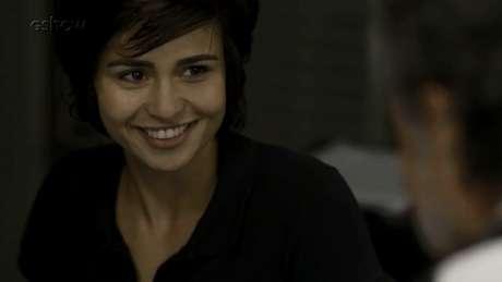 Maura (Nanda Costa) terá romance com a vizinha Selma (Carol Fazu) e o policial Inoan (Armando Babaioff)