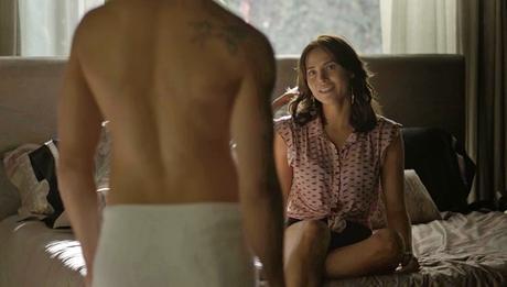 Ai, mãinha: Rosa (Letícia Colin) não disfarça o desejo ao ver Ícaro (Chay Suede) só de toalha
