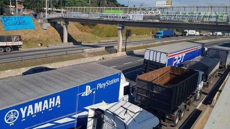 Entre pedidos de caminhoneiros ainda parados na Régis estão renúncia de Michel Temer e intervenção militar