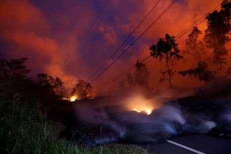 Gases de lava do vulcão Kilauea cruza rodovia de Pahoa, no Havaí 28/05/2018 REUTERS/Marco Garcia