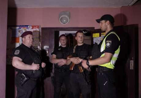 Policiais da Ucrânia na entrada de casa onde jornalista Babchenko foi baleado em Kiev  29/5/2018    REUTERS/Valentyn Ogirenko