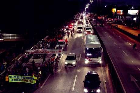 Moradores protestando nas proximidades da Refinaria Gabriel Passos (Regap), em Betim (MG), em apoio aos caminhoneiros