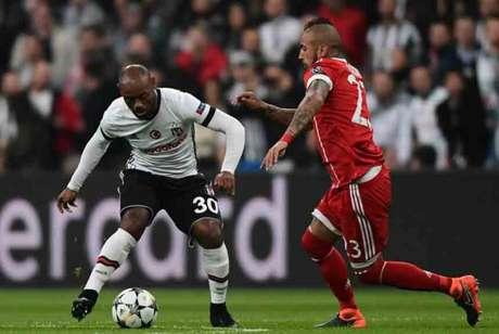 Love recebe a marcação de Vidal em duelo contra o Bayern pela Liga dos Campeões (Foto: OZAN KOSE / AFP)