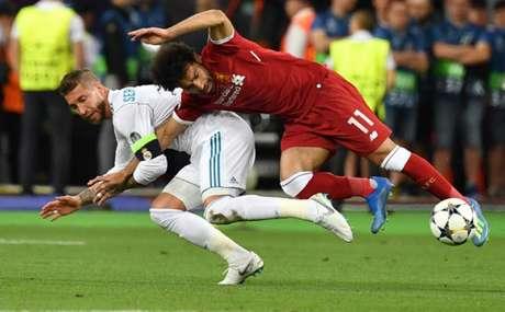 Sergio Ramos puxa Salah em lance que causou a lesão no atacante