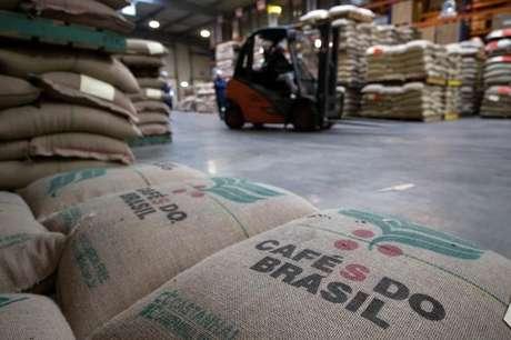 Sacos de café em galpão de armazenamento 01/02/2017 REUTERS/Philippe Wojazer