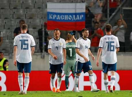 Jogadores da Rússia lamentam derrota para Áustria  30/5/2018       REUTERS/Leonhard Foeger