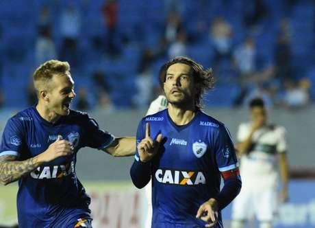 Germano, ex-Coxa, marcou um dos gols do triunfo do time da casa. (Gustavo Oliveira/LEC)