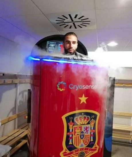 Carvajal em máquina crioterápica: aposta da Espanha para que o jogador dispute a Copa do Mundo