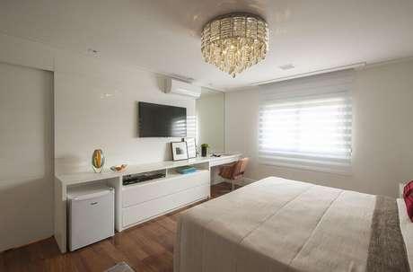 22. Em um quarto com decoração simples os lustres para quarto podem se tornar o grande destaque