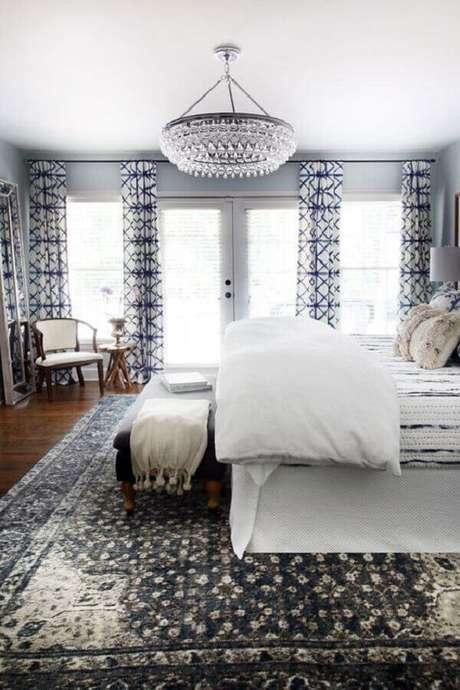 28. Lindo quarto de casal decorando com grande lustre de cristal