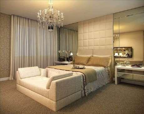 36. Modelo sofisticado de lustres para quarto de casal com decoração em cores neutras