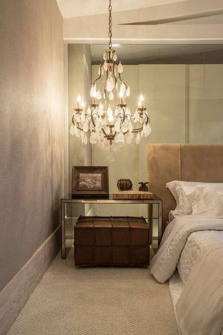 38. Modelo luxuoso de lustres para quarto instalado sobre o criado-mudo