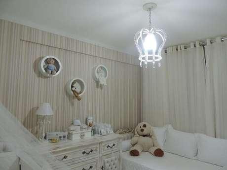 41. Quarto de bebê decorado com lustre e nichos