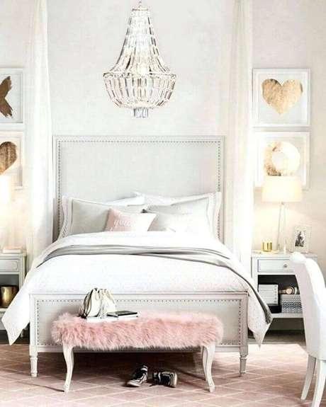 44. Quarto feminino decorado com lustre sobre a cama