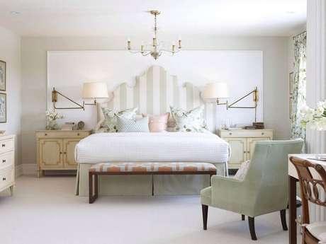 48. Lindo quarto de casal com decoração toda clean e lustre sobre a cama