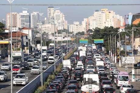 Trânsito na Avenida Moreira Guimarães, zona sul de São Paulo (SP), na manhã desta quarta-feira (30).