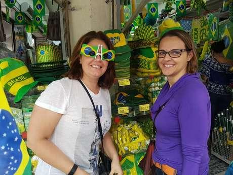 Viviane (de óculos colorido) e Isabela procuram enfeites da Seleção para festinhas dos filhos nos dias de jogos da Seleção