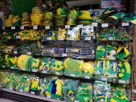 Saara, no centro do Rio, oferece dezenas de mercadorias em alusão à Seleção brasileira