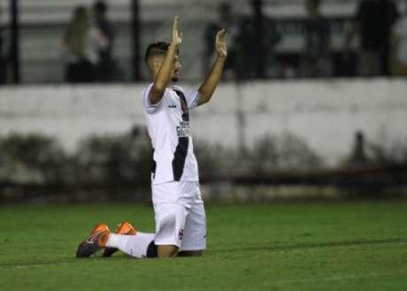 Yago Pikachu comemora gol do Vasco sobre o Paraná