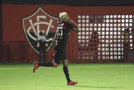 Aderlan comemora o primeiro gol do Vitória; ele havia marcado contra para o Internacional